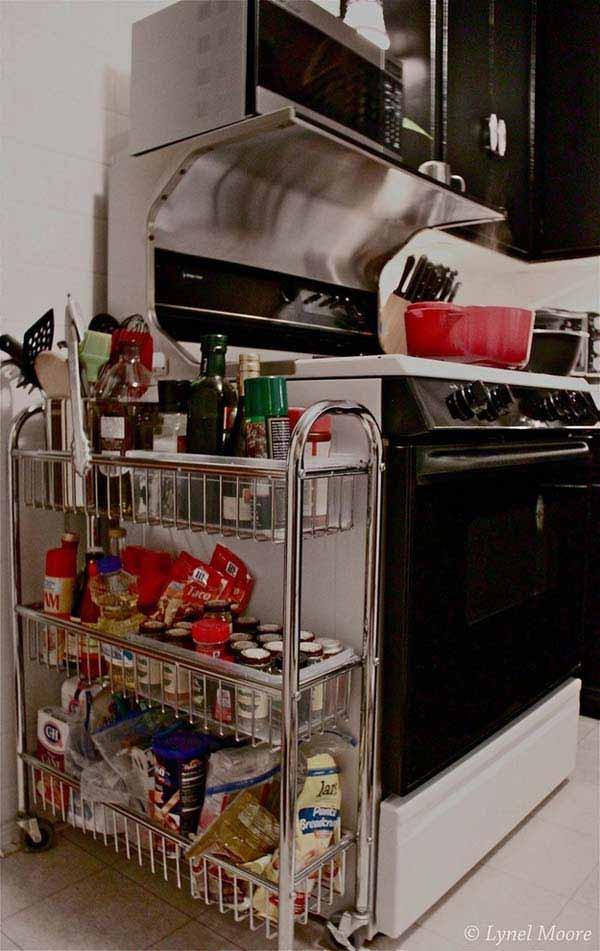 Une petite étagère sur roues, avec trois grands paniers, serait très utile pour y ranger une foule de produits. Elle pourrait contenir les huiles, les épices, la farine, le sucre, les aliments en pots qui ne nécessitent pas d'être conservés au frais, etc. Elle ne prend guère de place, et peut être installée n'importe où dans la cuisine. Près de la cuisinière, elle vous permettrait d'avoir tous les ingrédients à portée de main lorsque vous cuisinez.