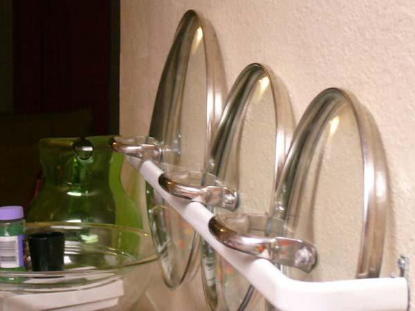 Comment faire en sorte que les couvercles des casseroles ne prennent pas trop de place dans les armoires de la cuisine ?La solution est fort simple, et consiste tout simplement à les faire tenir dans un porte-serviettes vissé sur l'un des murs. Ne trouvez-vous pas que les couvercles ainsi rangés dans un tel accessoire ajoutent une certaine touche décorative à la pièce ?