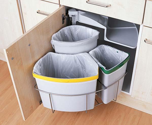 Dans une petite cuisine, l'espace au sol est primordial, et il faut donc le libérer le plus possible. On ne peut certes se priver d'une table et de chaises, mais on peut facilement gagner de la place en mettant la poubelle à l'intérieur de l'armoire. Si vous avez un bac à ordures, un autre de compostage et un troisième de recyclage, vous devriez opter pour ce support pivotant pour poubelle de Magnet Trade à trois sections.