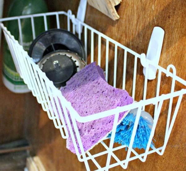 À l'intérieur de vos portes d'armoires de la cuisine, pensez à fixer de tels paniers avec des crochets autocollants. Pratiques, ils libéreraient ainsi votre comptoir, et ils pourraient servir entre autres à y ranger les brosses, les éponges, la lavette à vaisselle, la crépine, et bien plus encore.