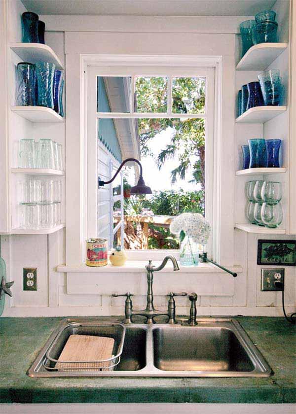 Il n'y a que très peu d'espace entre la fenêtre située au-dessus de l'évier et les deux murs de chaque côté ? Il y a pourtant assez de place pour y visser de 4 à 5 petites tablettes, autant à gauche qu'à droite. Selon vos besoins, vous pourriez y ranger plusieurs verres ou tasses, ou même des vases à fleurs. De simples planches de bois suffisent à fabriquer ce genre de tablettes.
