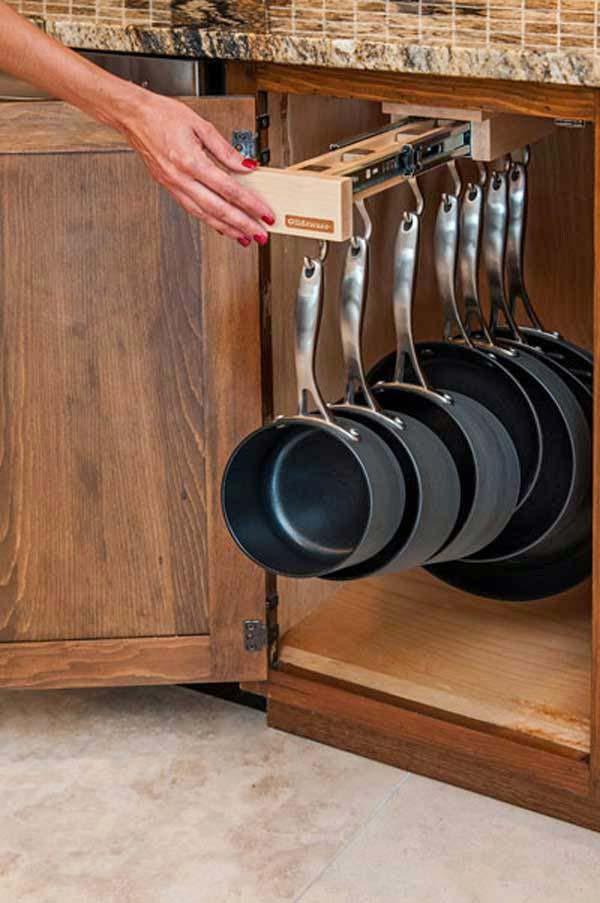 Pour la cuisson des aliments, il nous faut obligatoirement plusieurs poêlons et casseroles. Dans une cuisine, ces accessoires sont essentiels, mais ils prennent beaucoup de place dans les armoires ou le tiroir du four. Or, en fixant un tel support rétractable avec des crochets, directement sous le comptoir, ça ne sera plus le cas, et le gain de place sera considérable.