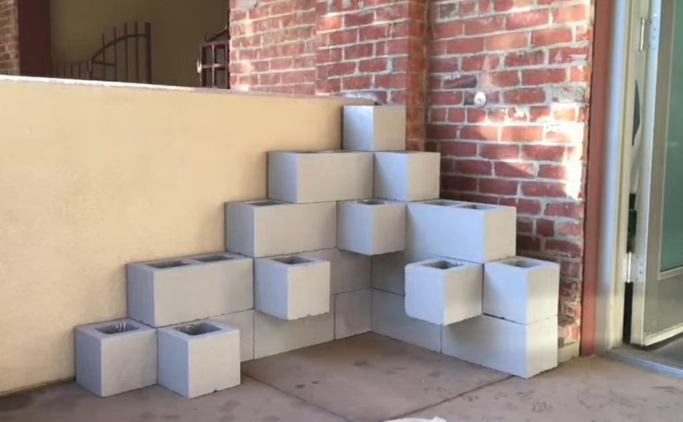 Il commence par coller une toile sur un bloc de b ton for Bloc beton jardin