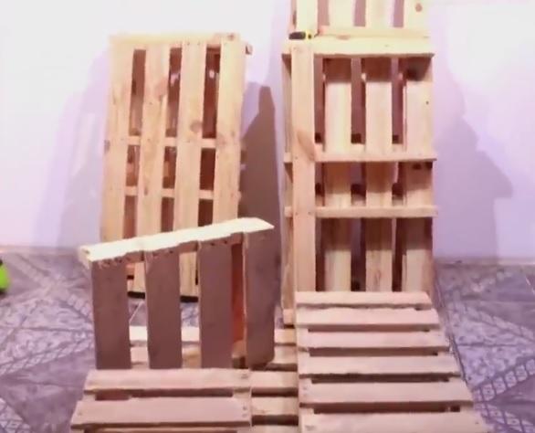 avec des palettes de bois il construit un superbe placard pour sa conjointe et pas cher. Black Bedroom Furniture Sets. Home Design Ideas