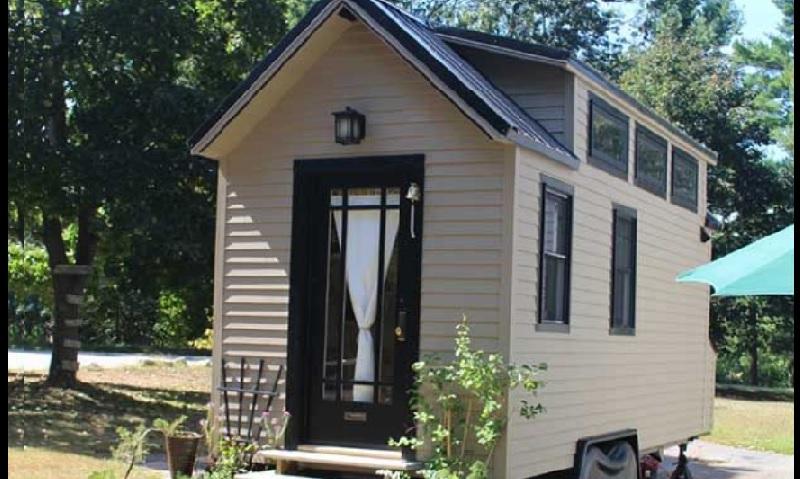 cette mini maison sur roue de 6m peut loger 3 personnes est ce trop petit. Black Bedroom Furniture Sets. Home Design Ideas