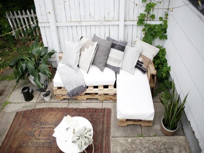 10 mod les de canap fabriquer avec des palettes de bois. Black Bedroom Furniture Sets. Home Design Ideas