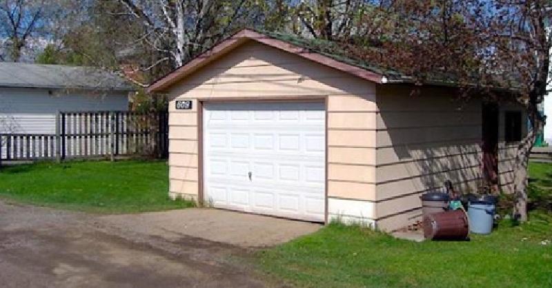 une femme transforme un garage ordinaire en une petite maison de r ve le r sultat est tr s. Black Bedroom Furniture Sets. Home Design Ideas