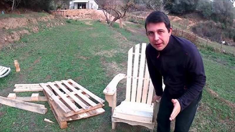 Voici comment faire une chaise adirondack avec du bois de Chaise en bois de palette